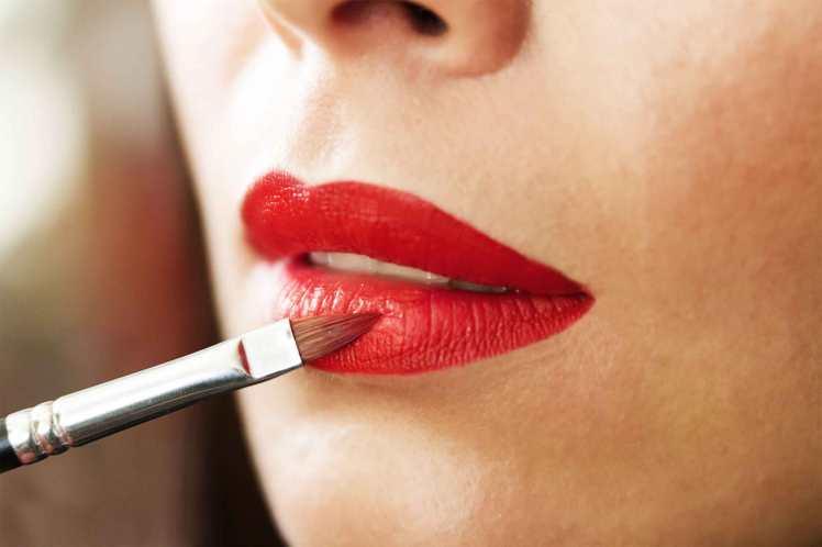 05-apply-red-lipstick